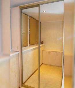 Зеркальные двери-купе на балкон