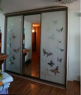 Широкие двери-купе с пескоструйным рисунком