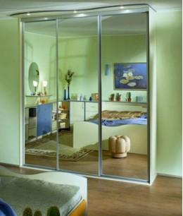 Зеркальный трехстворчатый шкаф купе