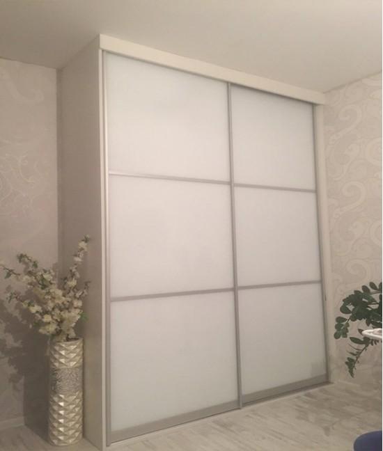 Белый шкаф купе в спальню со стеклом лакобель