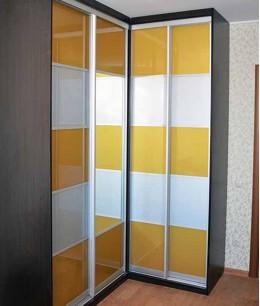 Угловая прихожая со шкафом купе с цветным стеклом